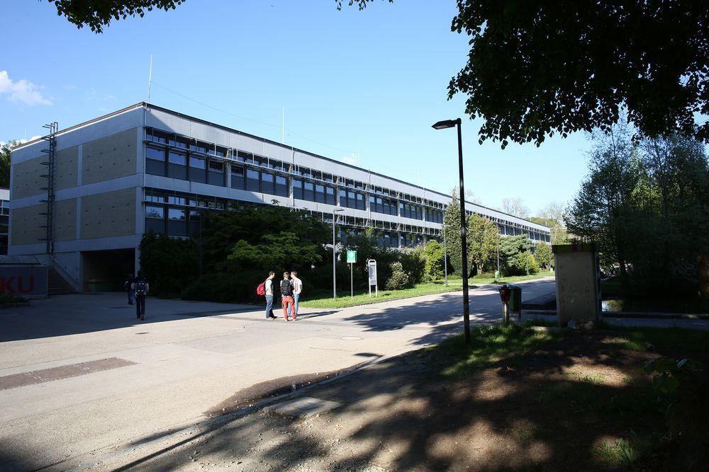 Studierende vor Keplergebäude am JKU Campus