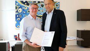 von links: Thomas Lambert erhält die Habilitationsurkunde von Rektor Meinhard Lukas