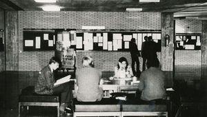 Studierende vor dem Hörsaal 1, irgendwann in den 1970ern. Credit: Dorninger