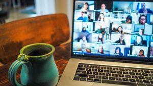 Foto eines Laptops mit geöffnetem Online-Meeting