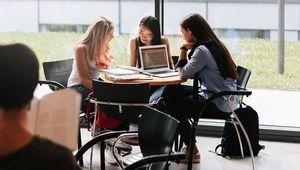 lernende Studentinnen im Kepler Gebäude sitzend