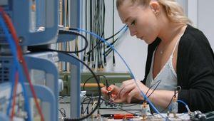 AbsolventInnen des Studiums der Elektronik und Informationstechnik sind enorm gefragt.