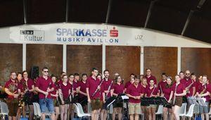 Das Orchester steht auf der Bühne des Musikpavillon.