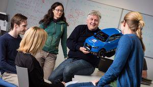 Professor Sepp Hochreiter mit Studierenden.