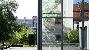 Uni-Center Glasfassade mit Spiegelung Schloss