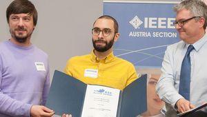 Stefan Clara und Marcus Hintermüller (beide Student Branch JKU Linz) mit Peter Rössler von der IEEE Austria Section bei der Preisverleihung (v.li).