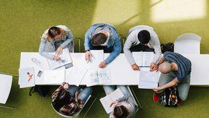 Studierendengruppe beim Lernen im Science Park sitzend, Vogelperspektive