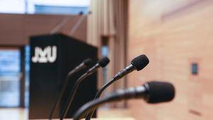 Nahaufnahme Mikrofone im Hörsaal an der JKU Linz