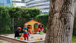Kinder spielen in Sandkiste in der Nähe vom Science Park