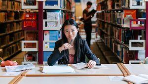 lernende Studentinnen in der Bibliothek