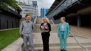 Die wiedergewählte FernUni-Rektorin Ada Pellert (Mitte) mit den Vorsitzenden von Hochschulrat und Senat, Ursula Nelles und Robert Gaschler