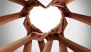 Foto von Handen, die gemeinsam ein Herz formen