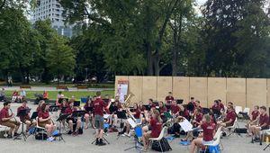 Das Orchester vor dem Musiktheater am Volksgarten