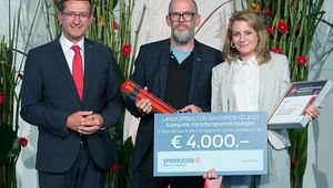 From left: State Minister Achleitner, Wolfgang Schöfberger and Krone editor Alexandra Halouska at the awards ceremony.