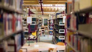 Bücherregale in der Universitätsbibliothek
