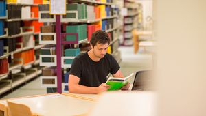 Studierender beim Lernen in der Bibliothek