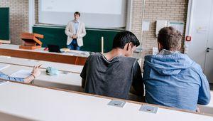 Vortragender und Studierende im Hörsaal