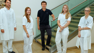 Die ersten Absolvent*innen des Medizin-Studiums treten ihre Arbeit als Ärzt*innen an. Credit: KUK