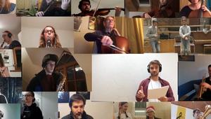 Viele Musikanten die ihr Instrument spielen.
