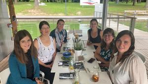 Die sechs Teilnehmerinnen des Karriere_Mentoring III Absolventinnentreffen sitzen am Tisch.