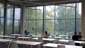 Studierende im Learning Center der JKU