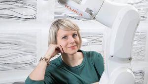 Porträt Martina Mara und Kuka Roboterarm