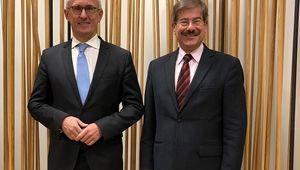 von links: voestalpine-Finanzvorstand Robert Ottel, Dekan Helmut Pernsteiner