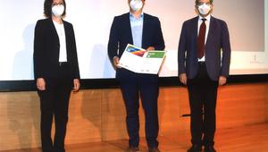 Manuel Mühlburger bei der Preisverleihung mit Prof. Helmut Pernsteiner (Dekan der Fakultät für Sozial- und Wirtschaftswissenschaften) und Martina Mittendorfer (Vertreterin der Raiffeisenlandesbank Oberösterreich)
