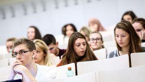 Nahaufnahme Studierende im Hörsaal