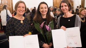 Martina Gugglberger (links), Bundesministerin Ines Stilling und Julia Schuster (rechts) bei der Preisverleihung.