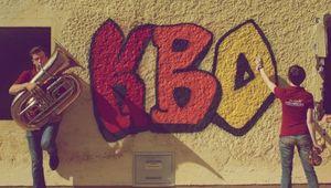 """""""KBO"""" als Graffiti auf einer Hauswand."""