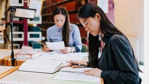 zwei lernende Studentinnen in der Bibliothek