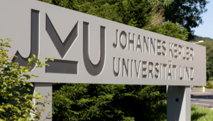 JKU Campus Haupteinfahrt Stein Logo JKU Linz