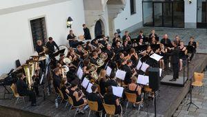 Das Kepler Blasorchester spielt im Burggarten Wels