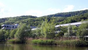 Juridicum und Keplergebäude mit Teich