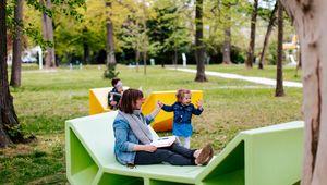 Foto von Frau mit Kind am JKU Campus