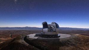 Künstlerische Darstellung des fertigen Teleskops am Cerro Amazones in Chile. (© ESO/L. Calçada)