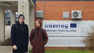 Dr. Armin Guntner und DI Thomas Bögl vor Gebäude mit Interreg-Logo