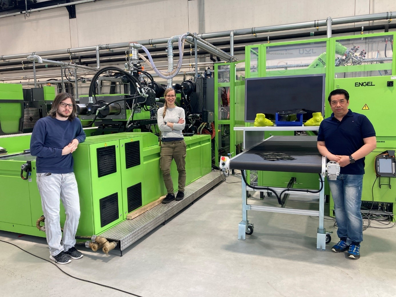 Von links: Janos Birtha, Eva Kobler, Niki Chung (an der UD-Tape Anlage der LIT factory)